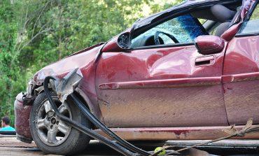 Кола, управлявана от млад мъж се заби в стълб, двама са в болница