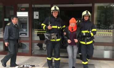 Пожарникари евакуират хора от общината