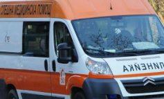 Момче на 19 и момиче на 17 са в болница след удар с кола в крайпътно дърво