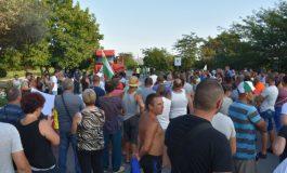 Блокадата на шосето в Крушаре продължава