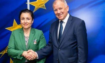Десислава Танева се върна от Брюксел с 2,9 милиона за борба с Африканската чума