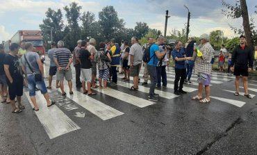"""Протестиращи с викове """"оставка"""" блокираха пътя Сливен - Ямбол"""