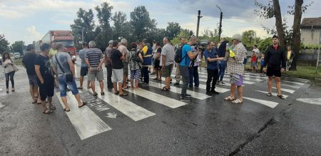 """Протестиращи с викове """"оставка"""" блокираха пътя Сливен – Ямбол"""