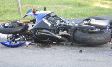 Моторист без книжка се блъсна в казан за боклук