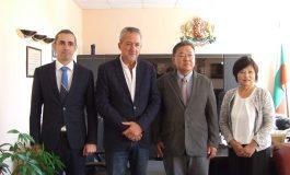 Японска компания на посещение в Сливен, интересува се от търговия с мляко и мед