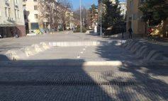 Вандали пак потрошиха фонтана до общината, засечени са на камерите