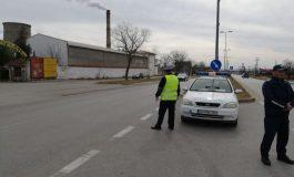 Двама правят опити да пробият КПП, бягат от полицията