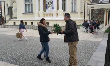 Общински съветници и младежи от ГЕРБ-Сливен поднесоха цветя на дамите за 8 март