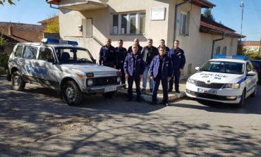 Полицаи наглеждат възрастните хора в Балкана