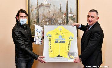 Подариха на Стефан Радев жълтата фланелка от Обиколката на България
