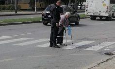 Кой е полицаят от снимката, който помага на жена да пресече