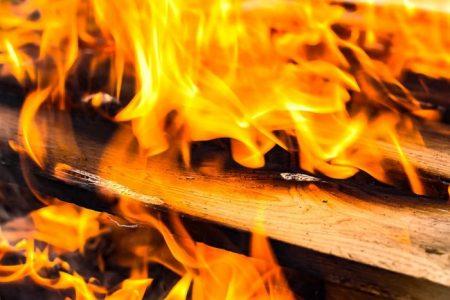Хвърлена от кола цигара подпали тир паркинг и дърводелски цех в Сливен