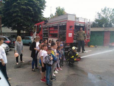 Сливенските пожарникари с полезни съвети към най-малките