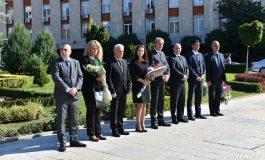 Закъснял депутат и съветници по дънки на церемонията в Сливен