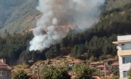 Пожар гори на Бармук баир, на метри от къщите