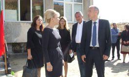 Министър Вълчев откри нова лаборатория в гимназията по текстил и посети училището в Сотиря