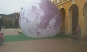 И Луната стана част от коледната украса на Сливен