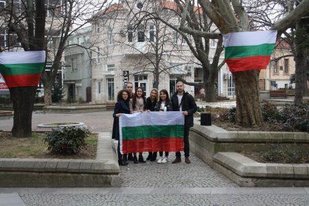 Младежи от ГЕРБ-Сливен украсиха с 42 знамена улици в града