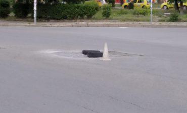 """Гумите и дупките по булевард """"Панайот Хитов"""" се увеличават"""