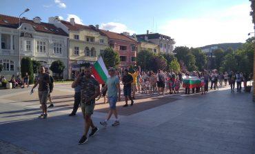 """Протестиращи викаха """"Мафия"""" и """"Оставка"""" в центъра на Сливен /снимки и видео/"""
