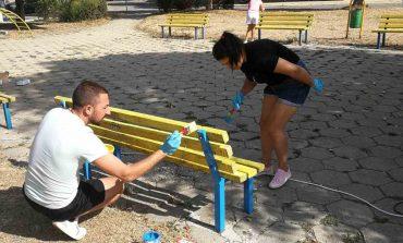 """Младежи от ГЕРБ-Сливен обновиха скамейките и съоръженията на площад """"17 януари"""""""