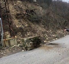Премахнаха опасна скала над пътя край Селището