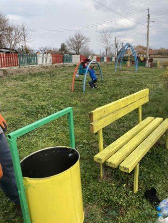 Представители на ГЕРБ-Сливен обновиха детската площадка в село Камен