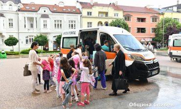 Сливенски деца се срещнаха с медици и разгледаха линейки