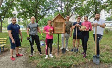 Младежи от ГЕРБ проведоха поредна акция за облагородяване на сливенски квартал