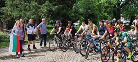 Шампионът Евгени Балев награди участниците в сливенския велотур