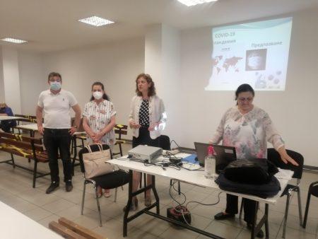 Разясняват на 450 служители в сливенска фирма за ползата от ваксините.