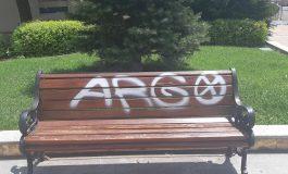Вандали надраскаха с блажна боя пейка пред общината