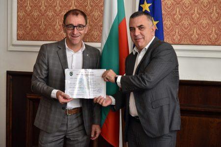 Община Сливен издаде първия сертификат за насърчаване на инвестициите на сливенска фирма