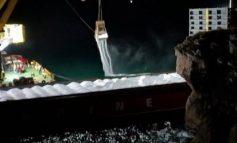 Заседнал спасителен кораб изсипва тор в морето