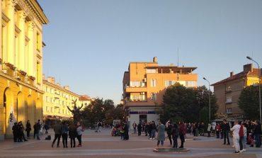 """100 души излязоха на протест срещу """"зеления сертификат"""" в Сливен"""